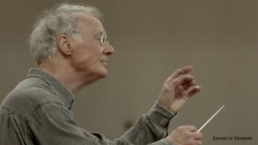 Prof. Georg Albrecht dirigiert die Staatskapelle Weimar während einer Probe.