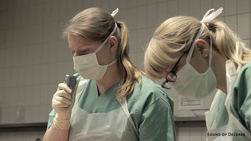Die beiden Ärztinnen der Rechtsmedizin Jena führen Protokoll während einer Obduktion.